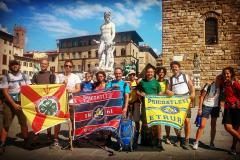 La-Bandiera-Lavinia-quella-del-Nucleo-Storico-e-quella-della-Batteria-Etruria_-Psicoatleti-2015-Giro-delle-Capitali_-Firenze